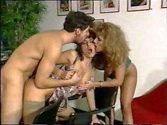Simona Valli e dei suoi amici hanno un tre vie in ufficio