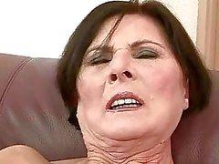Nonna brutto ottiene il suo pussy peloso scopata hard