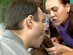 Brünett Flirty de putain suçant Monster Cock noire devant des mari