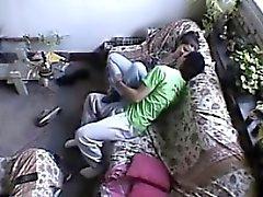 Evden oturma odasına çift sikiş