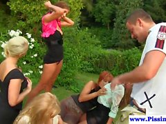 Outdoor pissing babes Anteil Hahn in pee Gruppe