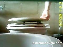 en caméra cachée de ma mère rasage vulve sur des toilettes