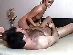 Şişman adam oral seks yapıyor esmer genç