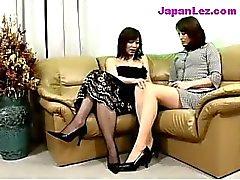 Dama madura no vestido preto Conseguir mamas dela e buceta friccionadas Bico Lambeu No Sofá