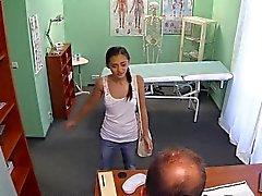 Врач трахает русскую детка миниатюрную