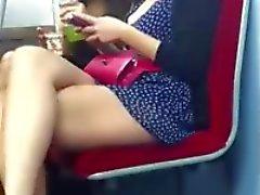 Onların bacaklarını göstereniki kız