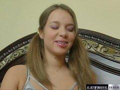 Liza wird mit einem Finger in ihre Muschi und Sperma geweckt