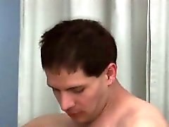 Возбужденный гей шип заглатывает большим членом