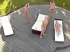 Varm tonåringar på pool blir ett fint stryk av en gammal man