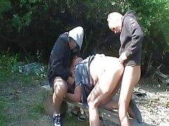 Pisciando Nonna viene violentato da due ...