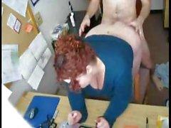 Patron fuckmasasına eğilip onun azgın BBW sekreterini alır