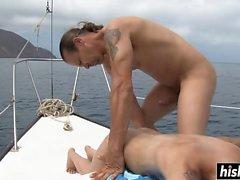 Blonde donne une fellation sur un bateau