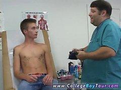 Eşcinsel yalın hairless genç oğlan Sana ca kendi horoz üzerine kısıtlı itibariyle