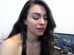 Sexy Teen in Pink BH macht einen Striptease Tanz auf Webcam