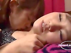 2 Aziatische meisjes zoenen Passiontely zuigen tepels likken oksels klopte op de matras In de Roo