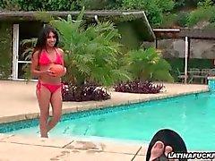 Latina pik zuigen bij het zwembad