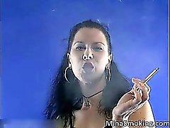 Mujerzuela de cabello oscuro muy hot and sexy