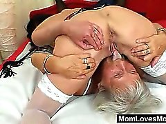 Nonna Furry lecca il a Mamma vasca in atto lesbiche ben