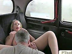 Piccola bionda scopato su un taxi