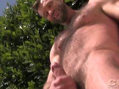Aaron Cage streichelt sein Schwanz im Garten unter der Sonne.