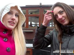 Hot Angel Wicky utilise Two Vibrators sur Miky Love in Public