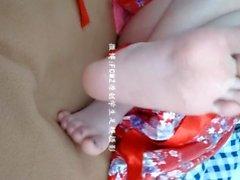 sevimli Çinli kız ayak gösterir