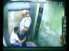 Papà e figlio catturate fottuta in di ascensore
