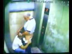 Baba ve oğul asansörde kahrolası yakaladı