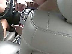 modieuze babes zuigen lul in de auto