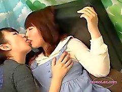 La muchacha asiática Shy Kissed conseguir sus tetas se frota en El sofá de