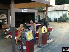 Une beauté blonde se fait baiser sur une voiture
