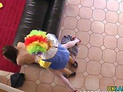 Milf schluckt Clowns cum