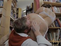 La beauté bibliothécaire en seins toucha intenses et fucked
