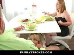 El papá folla a hija etapa cuando las hojas la mama