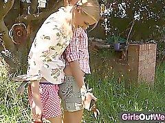 Flickor Slut i väst - magert blonde lesbiska på en bakgård
