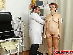 Signora alla ginecomastia in aggiunta a una cagna rosso
