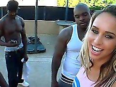 Cheerleader Blonde teniendo inmensos pollas negros en 4some al aire libre