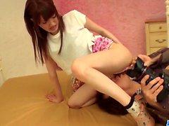 L'asiatique serrée Karin Aizawa quitte le photographe pour la baiser