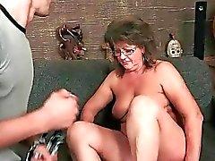 Der Großmutter genießen Sie geilen Sex mit jungem Mann