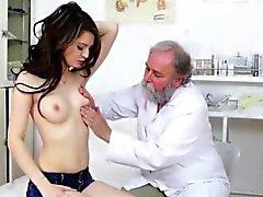 Teen wird von einem Arzt untersucht