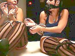 Encuadernado por una baja enfrentarte a otros los bebés esclavo azotadas por la amante