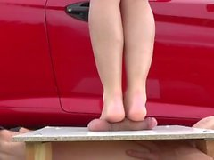 Sexy nackten Füße trampeln auf Hahn und balss