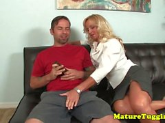 Cougar momma jerking coq amis