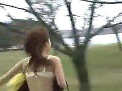 Strip-teaseuse en plein air japonaise