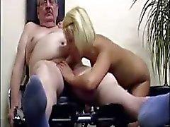 Blonde tiener geeft dikke oude man een hele andere training de hij had gepland