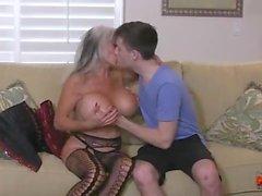 Hot Cougar scopa un giovane ragazzo