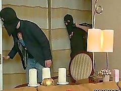 Uno de niña y a dos ladrones perversos
