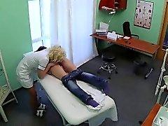 Hot brunette hastanın bir hemşire tarafından yaladı onu kedi gets