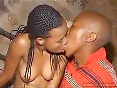 Amateur Afrikaanse paar in enkele mooie pik zuigen en kut bonzen actie