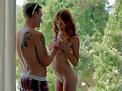 Jeune rouquine nue Michelle donne pipe sensuelles